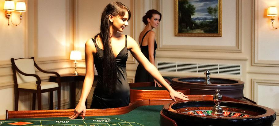 Женщина играет в рулетку в онлайн казино