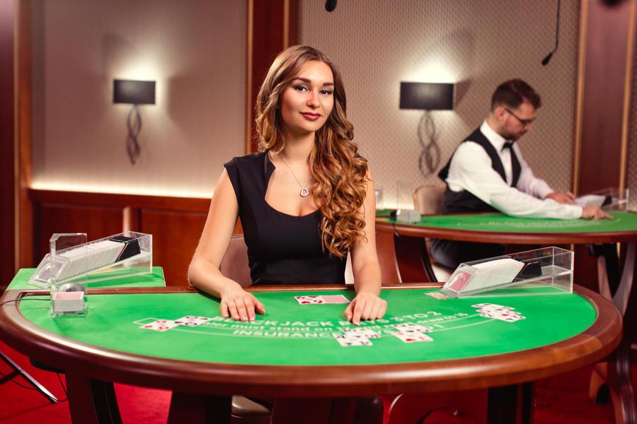 Blekdžeka-21-tiešsaistes spēle-Live kazino-Krupjē sieviete